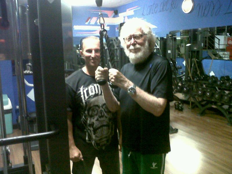 Il PT Dennis Giusto durante una lezione personale a Paolo Guzzanti.
